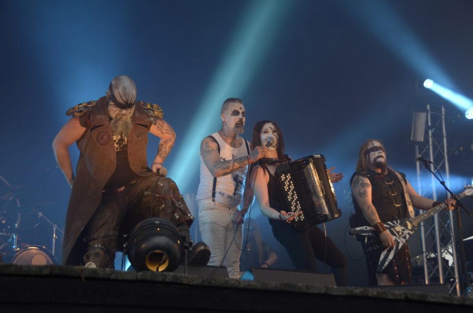 Netta Skog Turmion Kätilöiden kanssa lavalla Nummirockissa 2016