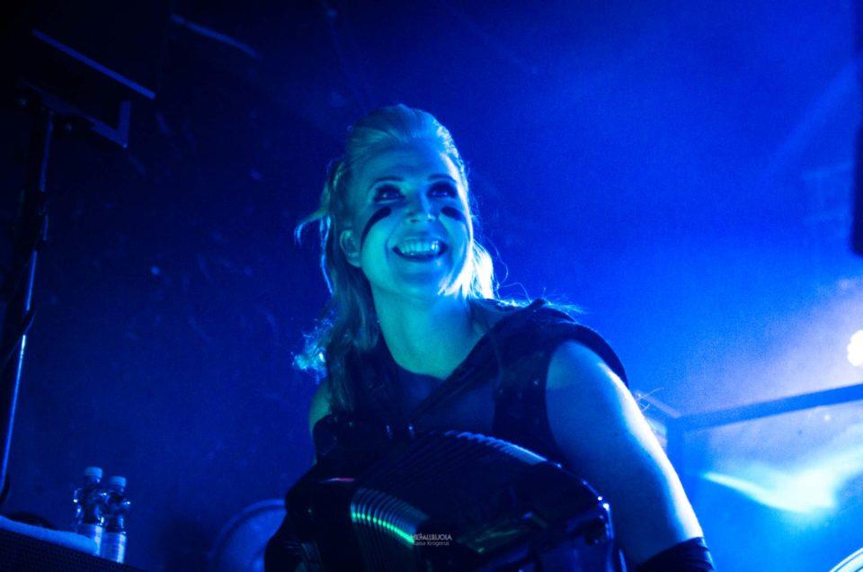 Netta Skog Esiferumin kanssa Two Paths -albumin julkaisukeikalla Helsingin Circuksessa.